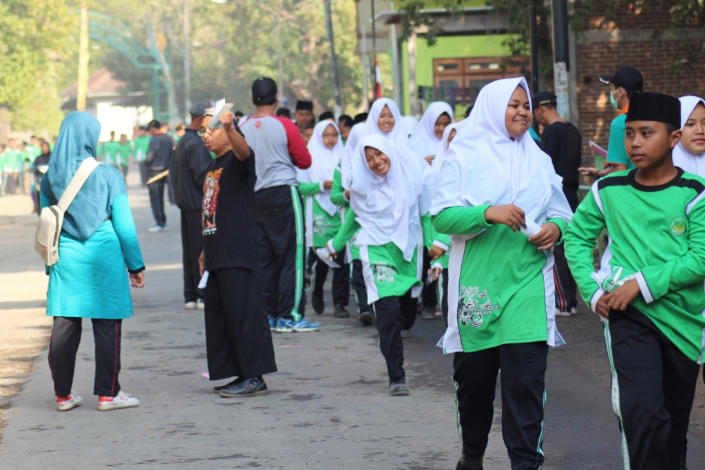 Kegiatan jalan sehat Pondok Pesantren Al-Islam.